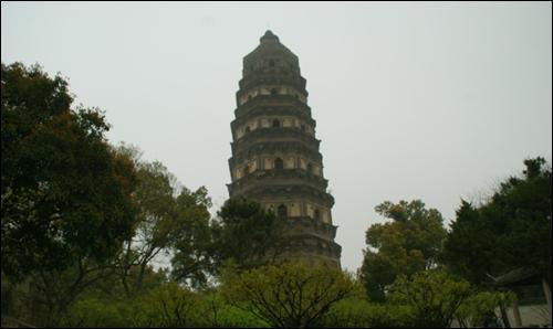 ▲오왕 합려의 무덤이 있는 쑤저우시내 호구의 벽돌탑.