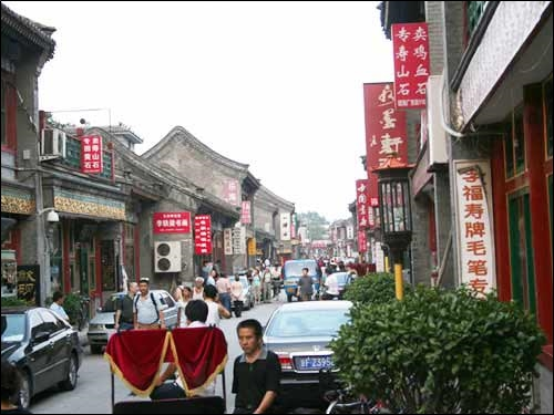 ▲역사와 함께 해온 유리창 거리. 문방사우가 빽빽하다.