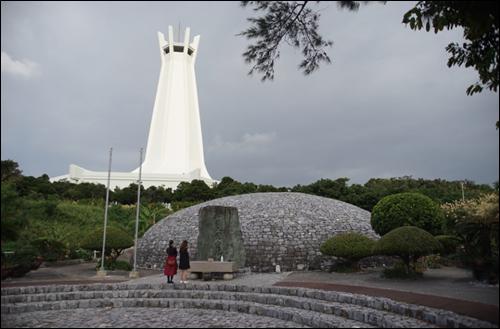 ▲오키나와 남쪽 이토만시 해안의 평화공원 (위 흰색이 위령탑)