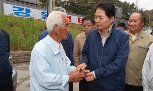 ▲ 김병원 농협중앙회장(오른쪽)
