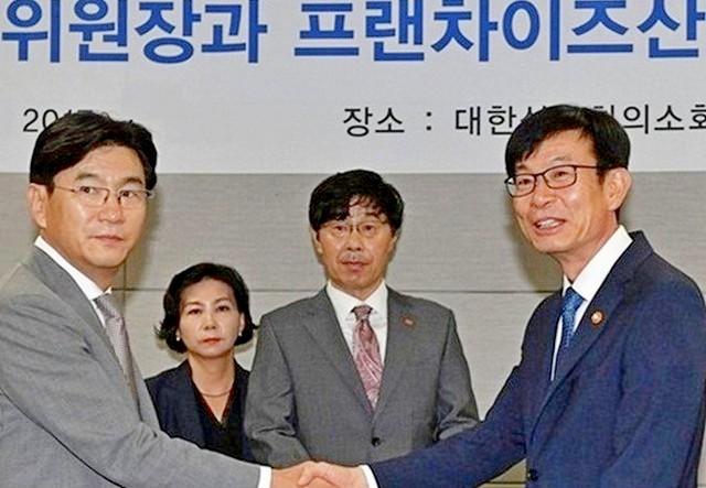▲ 김상조 위원장과 한국프랜차이즈산업협회 박기영 회장(왼쪽).