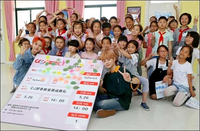 ▲ CGV 중국 난징 바이지아후 지점에서 열린 CJ꿈키움교실 행사에 참석한 현지 어린이들이 아이돌그룹 NCT DREAM의 멤버 런쥔, 천러와 함께 기념 사진을 찍고있다.