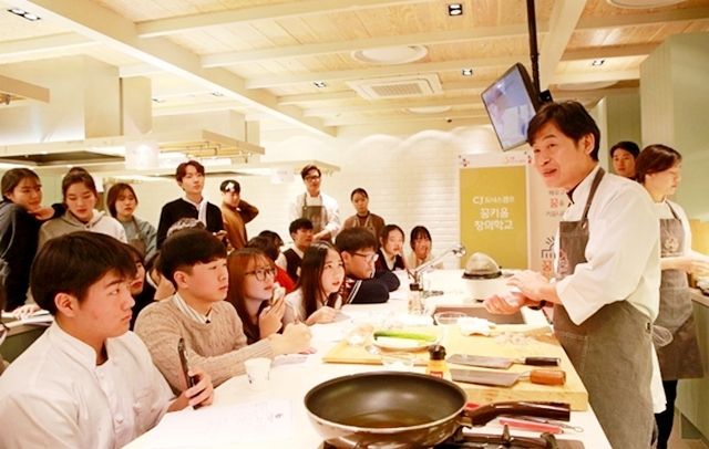 ▲ 청소년 진로교육 프로그램 'CJ꿈키움창의학교'에서 이연복 셰프가 청소년들을 대상으로 중식 요리 특강을 진행하고 있다.