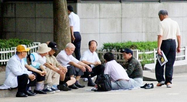 ▲ 서울 종로3가 종묘공원에서 시간을 보내고 있는 어르신들.