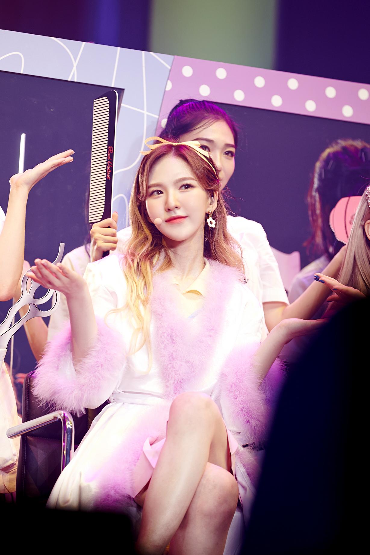 ▲ 레드벨벳 콘서트 '레드 룸(Red Room)' 공연 중 웬디(사진=SM엔터테인먼트 제공)