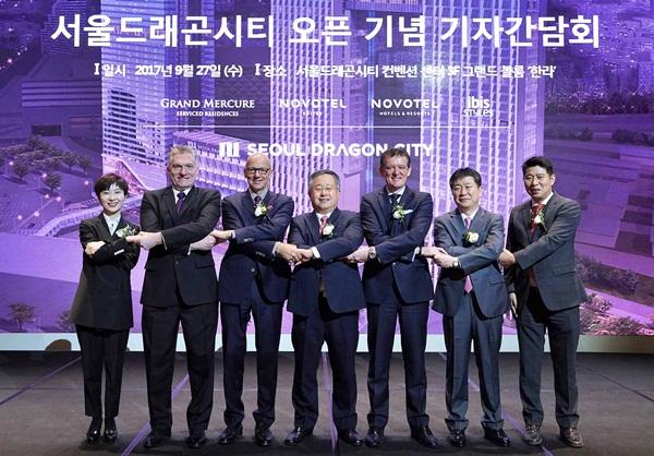 ▲ 드래곤시티 주요 임직원들과 패트릭바셋 COO(왼쪽에서 세번째)