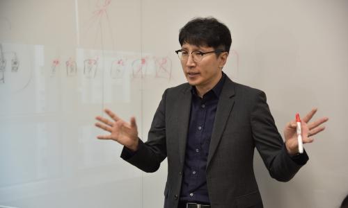 ▲ 이은철 지사장이 화이트보드에 도식을 그려가며 자사 서비스에 대해 설명하고 있다.