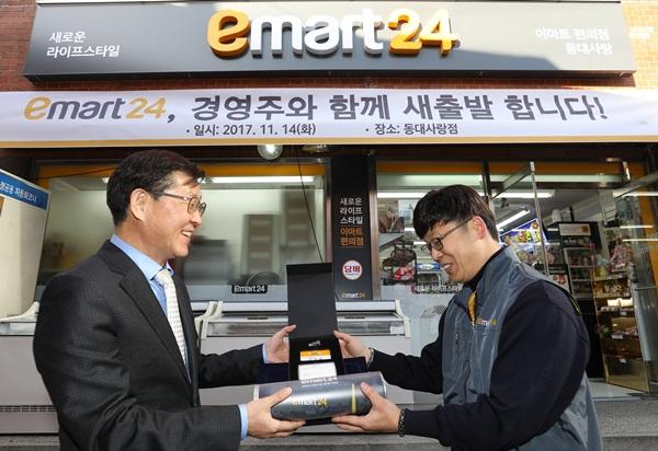 ▲ 김성영 이마트24 대표(왼쪽)가 14일 동대사랑점을 방문했다