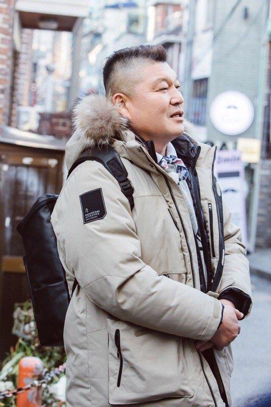 JTBC 한끼줍쇼 촬영현장_강호동_컨티뉴백팩 착용샷 (3).jpg