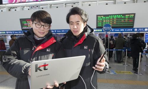 ▲ KT 직원들이 서울역에서 네트워크 품질을 점검하고 있는 모습.