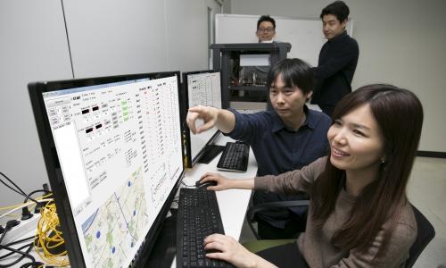 ▲ KT 직원들이 서울 서초구 우면동 연구소에서 일대다 양자암호통신 시범망을 활용한 기술을 테스트하고 있다.