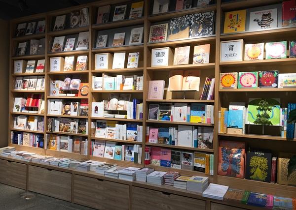 ▲ 무인양품 신촌점에는 책을 읽고 휴식할 수 있는 무지 북스 코너가 마련돼있다.