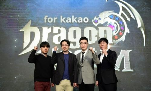 ▲ 액토즈소프트·카카오게임즈 양사 관계자들이 13일 서울에서 열린 드래곤네스트M 쇼케이스 행사에서 촬영하고 있다.