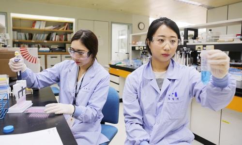 ▲ LG화학 생명과학사업본부 연구원들이 의약품 시험을 진행하고 있다.