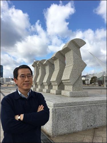 ▲ 일본 고베항구, 가이엔타이 기념조형물 앞에서