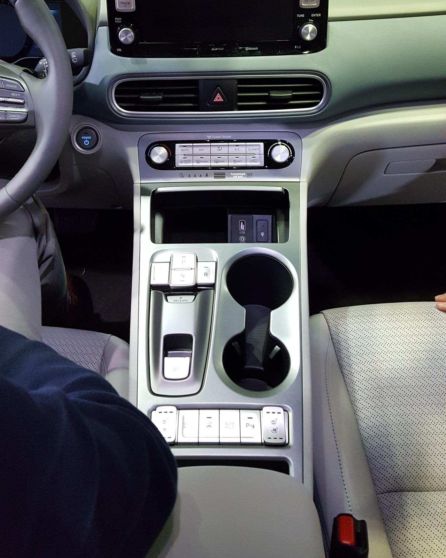 ▲ 센터 콘솔의 모습. 전동 변속기, 스마트폰 무선충전 등 현대차가 편편의성에 주력한 부분이 눈에 띈다.