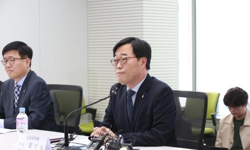 ▲ 김기식 금융감독원장(가운데).