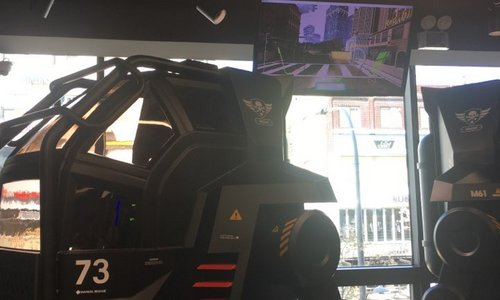 ▲ 로봇 형태의 기기에 탑승해 메카닉을 조종하며 적들과 싸우는 체험을 할 수 있는 VR 아담 루이드시티 어트랙션