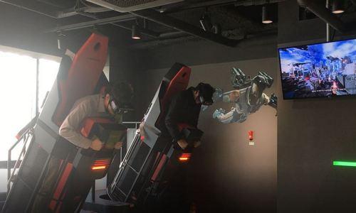 ▲ 슈트를 입고 지상으로 급강하 하는 상황을 VR로 체험 중인 Next Conflict 이용자들
