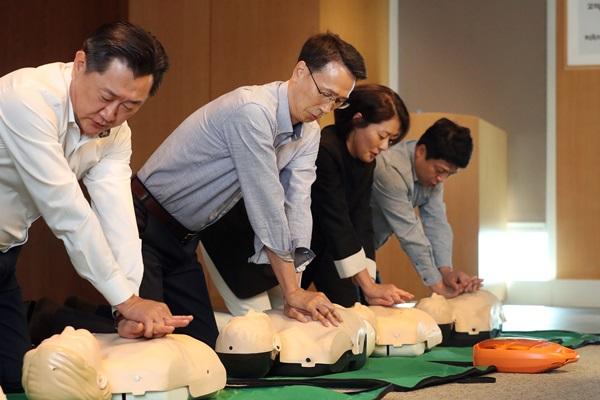 ▲ (왼쪽부터) 이주희 부사장, 이갑수 이마트 대표, 백수정 상무, 김홍극 부사장