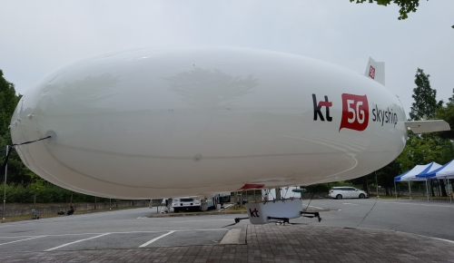 ▲ 재난안전통신망 사업에 박차를 가하고 있는 KT가 재난망 시장을 주도할 것으로 예측되고 있다. 사진은 KT가 25일 선보인 재난안전용 비행체 '스카이십'의 모습.