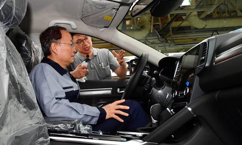 ▲ 백운규 산업통상자원부 장관이 르노삼성 부산공장을 방문해 차량에 대한 설명을 듣고 있다.
