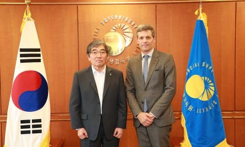 ▲ 윤석헌 금감원장(왼쪽)과 에릭 어셔 유엔환경계획 금융부문 대표