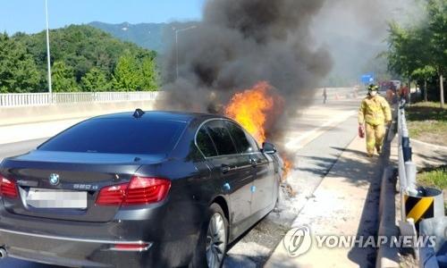 ▲ 지난 15일 중앙고속도로 춘천방면을 달리던 중 화재가 발생한 BMW 520d 모습.