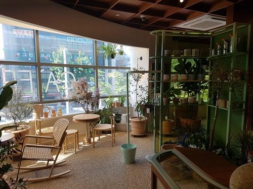 ▲ 카페 왼편에 마련된 휴식 공간
