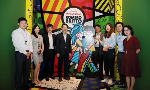 ▲ 김대철 HDC현대산업개발 사장(왼쪽에서 네 번째)이 'HDC 문화 멘토링' 2기 신입사원들과 로메로 브리또 특별전 포토월에서 기념촬영을 하고 있다.