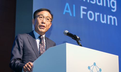 ▲ 김기남 삼성전자 대표이사 겸 종합기술원장이 12일 삼성전자 서초사옥에서 열린 삼성 AI 포럼에서 개회사를 하고 있다.