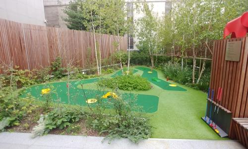 ▲ 살롱 한 켠에 자리잡은 퍼팅 존. 어린이들이 유아용 골프채와 골프공으로 퍼팅 연습을 할 수 있다.