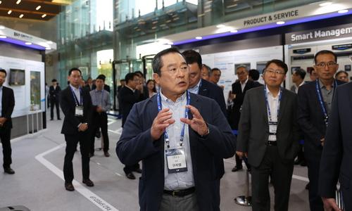 ▲ 구자열 LS 회장이 T-Fair에서 그룹 미래 기술이 전시된 전시장을 둘러보고 있다.
