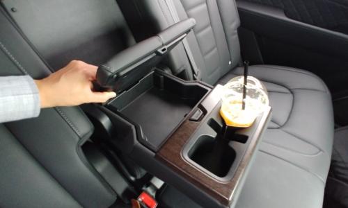 ▲ 뒷좌석 시트 가운데 컵홀더 및 수납공간은 공간 활용도를 높여 차량을 더 안락하게 해준다.