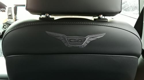 ▲ 앞좌석 뒷면에 새겨진 G4 렉스턴 엠블럼.