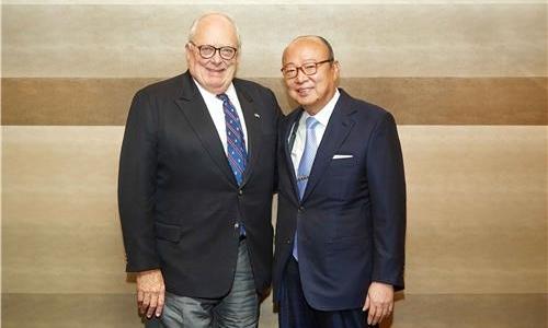 ▲ 김승연 한화그룹 회장(오른쪽)과 에드윈 퓰너 미국 헤리티지재단 아시아연구센터 회장