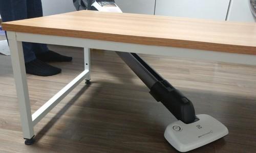 ▲ 모터를 위쪽에 고정시키고 노즐 길이를 최대한 늘리면 좁은 공간에도 깊게 밀어넣을 수 있다.