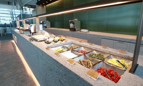 ▲ 인천공항 제1터미널 아시아나 라운지에는 아시아나 맥주와 곁들일 수 있는 음식들이 다양하게 비치돼있다.