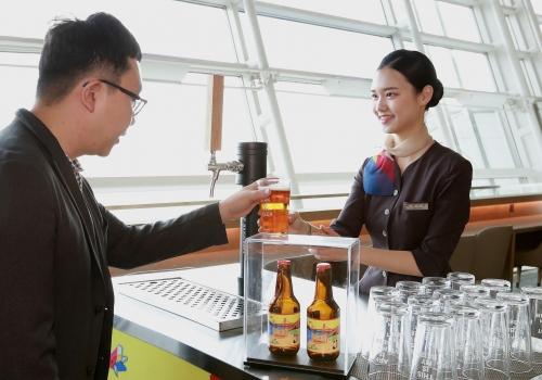 ▲ 인천공항 내 아시아나 퍼스트·비즈니스 라운지에서는 아시아나 병맥주와 생맥주가 각각 제공된다.