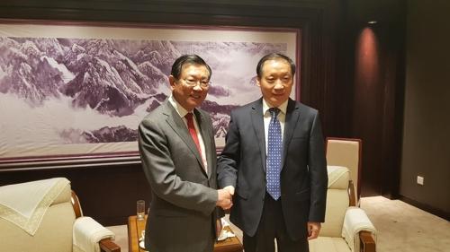 ▲ 박삼구 금호아시아나그룹 회장(왼쪽)과 리진자오 중국 문화여유부 부부장