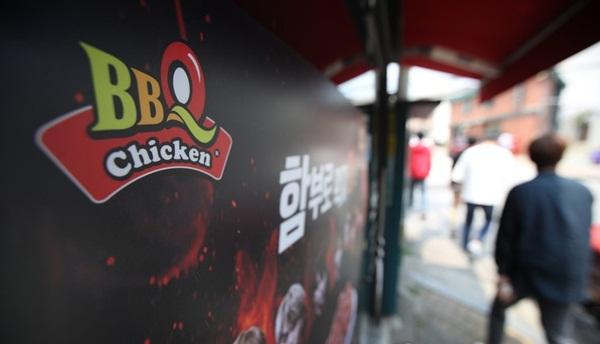 ▲ 제너시스BBQ의 가격 인상을 두고 의혹이 제기된 가운데 과거 한 식구였던 bhc와의 대립이 극에 달했다.