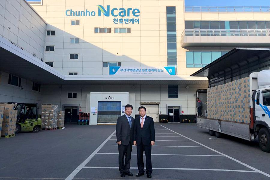 ▲ 박희옥 부산식약청장(좌측)과 천호엔케어 이승우 대표이사