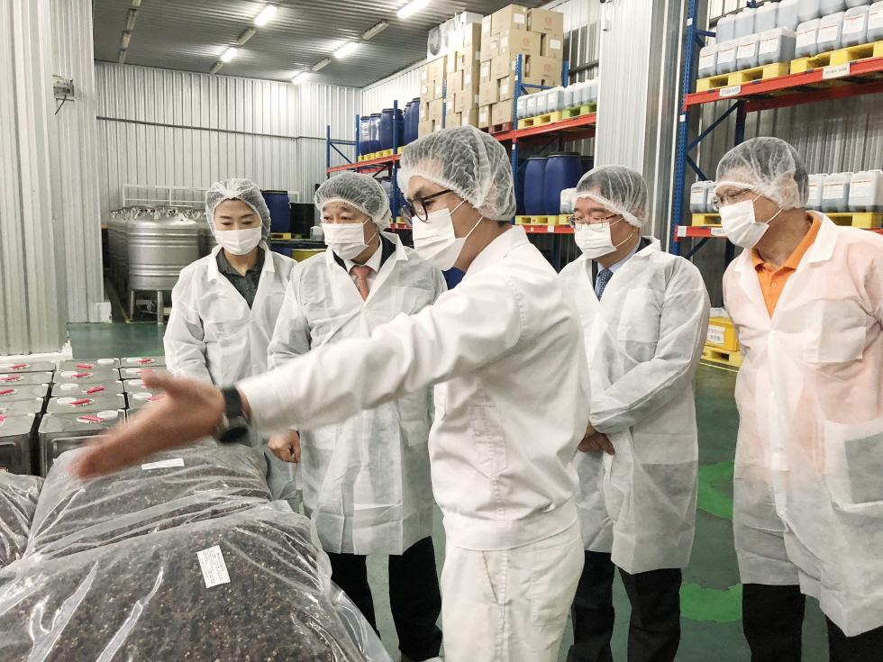 ▲ 부산식약청 박희옥 청장(좌측에서 두 번째)이 천호엔케어 양산 생산본부 직원들의 안내를 받으며 시설을 둘러보고 있다.