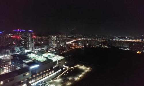 ▲ 37층에서 바라본 바깥 전경. 멀리 한강대교가 보인다.