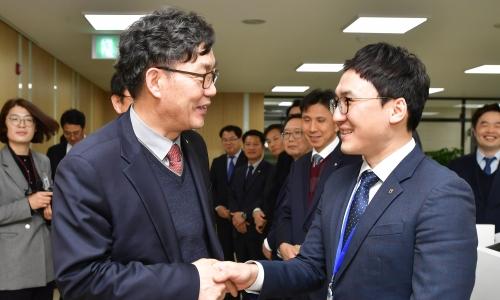 ▲ 이대훈 NH농협은행장(왼쪽)