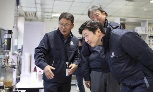 ▲ 허세홍 GS칼텍스 사장(오른쪽)이 10일 대전 기술연구소를 방문해 연구설비를 둘러보며 임직원들과 대화를 나누고 있다.