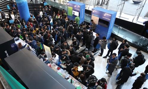 ▲ 한국마이크로소프트가 11일 서울 코엑스에서 개최한 애저 애브리웨어 콘퍼런스에 참석한 참가자들이 행사장을 둘러보고 있다.