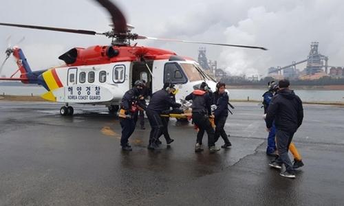 ▲ 해경과 119 구조대 등이 발견된 선원을 병원으로 옮기고 있다.