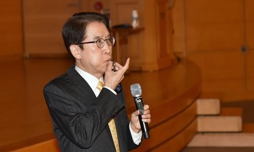 ▲ 신창재 교보생명 회장이 이달 11일 경영전략회의에 참석해 호루라기를 불며 임직원들을 독려하는 모습.