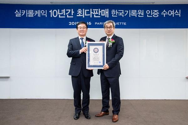 ▲ 권인태 파리크라상 대표(왼쪽)와 김덕은 KRI한국기록원장이 공식 인증서를 들고 기념촬영을 하고 있다.